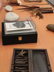 """""""Viens Vénus"""" galets gravés en 2005 ; """"parure de pré vénus de l'age du bronze"""", feuille de vigne en bronze, 2005"""