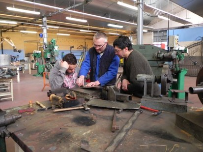 création des gargouilles avec les élèves chaudronniers , l'artiste et le professeur (9)