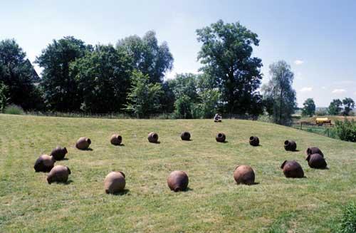 Erik SAMAKH, Fontaines solaires 1993-94 ; Capteurs solaires, pompes, eau, jarres ; Conception à la Villa Medicis, Rome ; Vue au Parc naturel régional de Lorraine, 1999 Photo © Érik Samakh