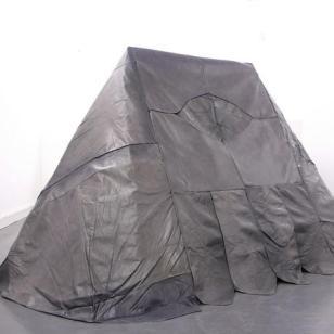 """""""Wigwam"""" 2010, Laurent Le Deunff ; Cuir, acier, bois ; 163 x 305 x 187 cm ; Collection Frac Aquitaine ; Photo : Visuel fourni par la galerie © Laurent Le Deunff. Cette sculpture est conçue comme une tente de type """"canadienne"""" créée à partir de l'intégralité des morceaux de cuir d'un vieux canapé et de fauteuils que l'artiste a récupérés."""