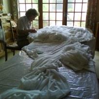 """2015 EPHEMERES #5; couture du grand voilage de """"Corridor"""", oeuvre de Jean-Luc BICHAUD"""