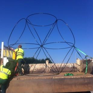Avec l'aide de la CAB, transport et installation des sculptures à Creysse ; Photo ©Pierre Labat