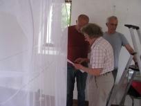 """2015 EPHEMERES #5; installation du tissu sur la structure de """"Corridor""""de Jean-Luc BICHAUD"""