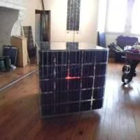 """Prototype de cube en panneaux solaires abritant un drône. """"Studiolo"""", Erik SAMAKH, 2015 ; expo de fin de """"Résidence de l'Art en Dordogne""""-Biennale EpHémères #5 ; château de Monbazillac ; photo ©Les Rives de l'Art."""