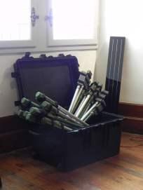 """Malle aux flûtes solaires... non exposées dans le parc du château ! """"Studiolo"""", Erik SAMAKH, 2015 ; expo de fin de """"Résidence de l'Art en Dordogne""""-Biennale EpHémères #5 ; château de Monbazillac ; photo ©Les Rives de l'Art."""