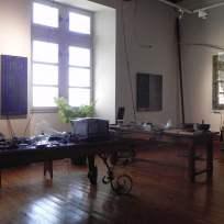 """Atelier de l'artiste Erik Samakh... """"Studiolo"""", Erik SAMAKH, 2015 ; expo de fin de """"Résidence de l'Art en Dordogne""""-Biennale EpHémères #5 ; château de Monbazillac ; photo ©Les Rives de l'Art"""