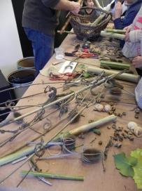 """cardères, cupules de glands, bambous, branches : les futurs instruments """"verts""""..."""