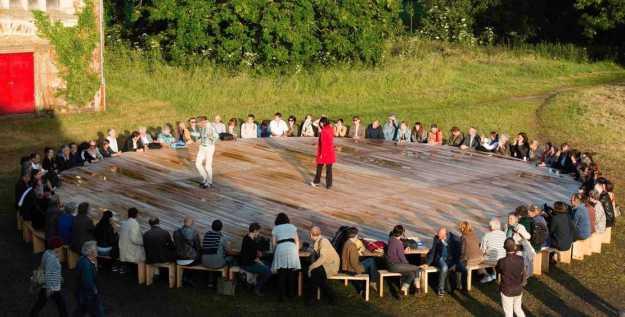 """Yves CHAUDOUËT, """"La Table gronde"""", bois, visserie, circ. 40x h. 0,67m, 2015 ; courtoisie de l'artiste"""