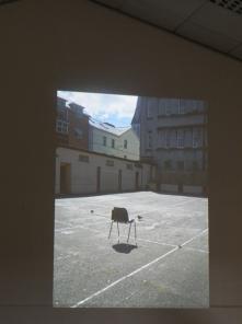 la chaise, suspendue sur socles de verre, Yves CHAUDOUËT