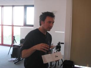 Sylvain BOURGET donne ses consignes pour son atelier : Inventer un défi, un record.