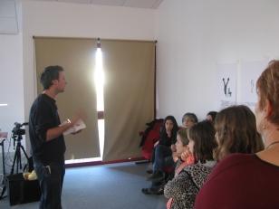 Sylvain BOURGET donne ses consigne pour son atelier : inventer un défi, un record