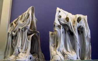 """""""procession des voyeuses"""", Nicole Giroud, porcelaine et textile"""