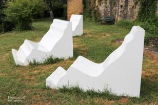 Le profil des moulures épouse les formes d'un corps humain standard, assis confortablement
