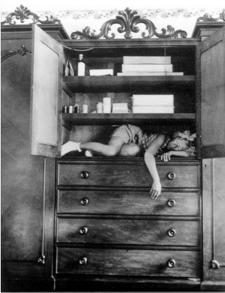"""Claude Cahun """"autoportrait dans une armoire"""""""