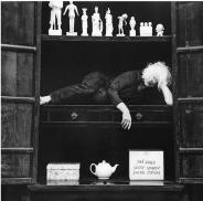 """Kirsten Justesen """"portrait dans une armoire avec collection"""""""