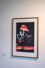 autoportrait de Gilles Mahé en lampadaire et reflet de « le volatile », Alain Séchas
