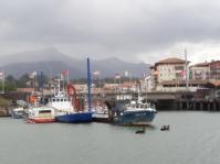 le port de st Jean-de-Luz et au fond, la Rhune
