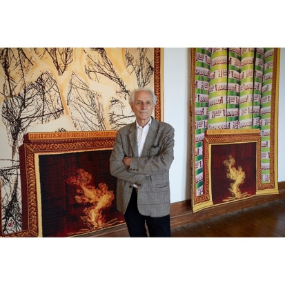 Jacques Vieille devant les tapisseries 'Avec Piranèse' et 'A l'Egyptienne', Mobilier National, Paris ; Manufacture des Gobelins ; Photo Grégoire Vieille
