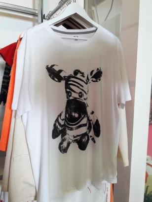 tee-shirt zèbre sur le devant...