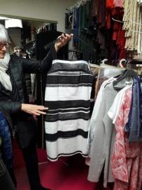 robe à bandes noires et grises devant...
