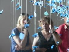 Laurence Rouan et Annie Wolff admirent l'œuvre